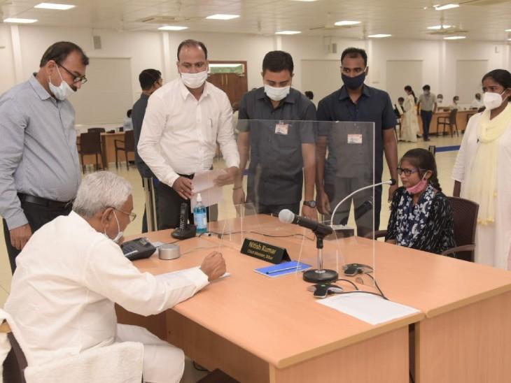 युवती बोली- सर, अफसर कहते हैं कि उसके प्रोत्साहन का पैसा सृजन में चला गया, युवक ने कहा- आपके अधिकारी घूस मांगते हैं, CM हो गए आगबबूला|बिहार,Bihar - Dainik Bhaskar