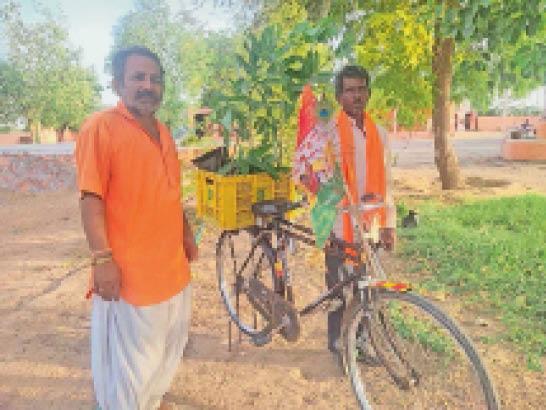 साइकिल पर पाैधे लेकर जैसलमेर जाते वासुदेव। - Dainik Bhaskar