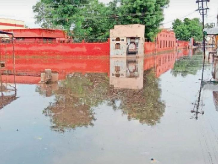 सुभाष चौक से बागला स्कूल होकर पंखा रोड पर भरा बारिश का पानी। यहां पर दूसरे दिन भी डेढ़ से दो फीट तक पानी भरा रहा। - Dainik Bhaskar