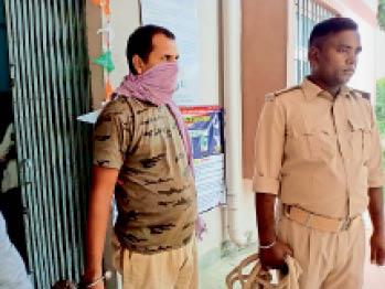 पुलिस के गिरफ्त आरोपी। - Dainik Bhaskar