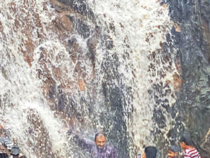 बाड़मेर. जसाई में हिंगलाज मंदिर के पास पहाड़ों से बहते झरने का लुत्फ उठाते युवा। - Dainik Bhaskar
