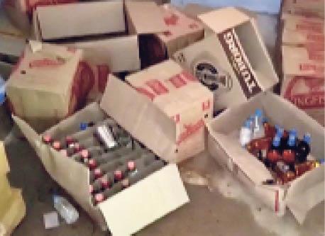 हिंडाैली. चतरगंज में शराब की दुकान से चोरी के बाद बिखरे सामान। - Dainik Bhaskar