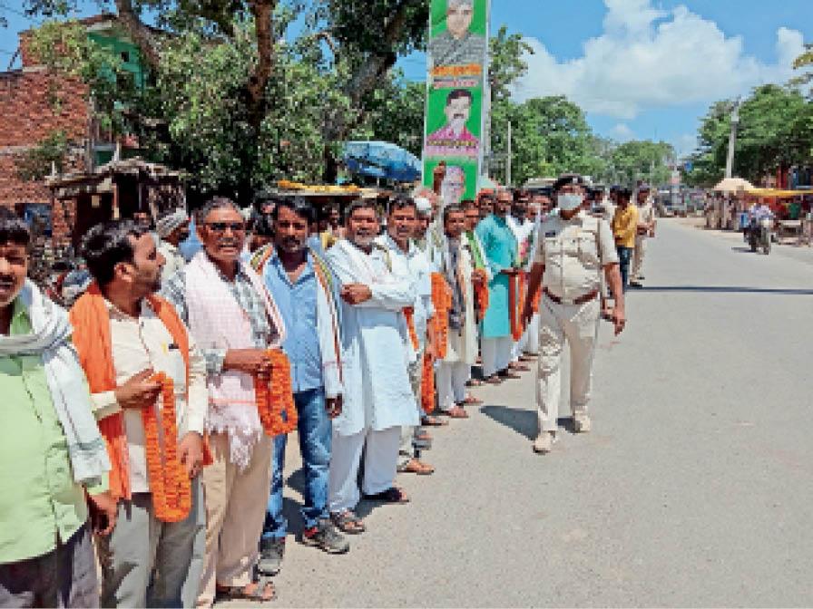 केंद्रीय इस्पात मंत्री के स्वागत के लिए खड़े जदयू के लोग। - Dainik Bhaskar