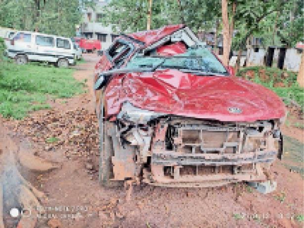 तेंदूखेड़ा   हादसे में कार बुरी तरह क्षतिग्रस्त हाे गई। - Dainik Bhaskar