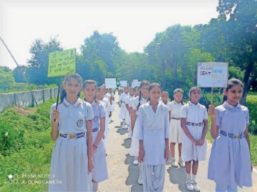 जागरुकता रैली में शामिल छात्राएं। - Dainik Bhaskar