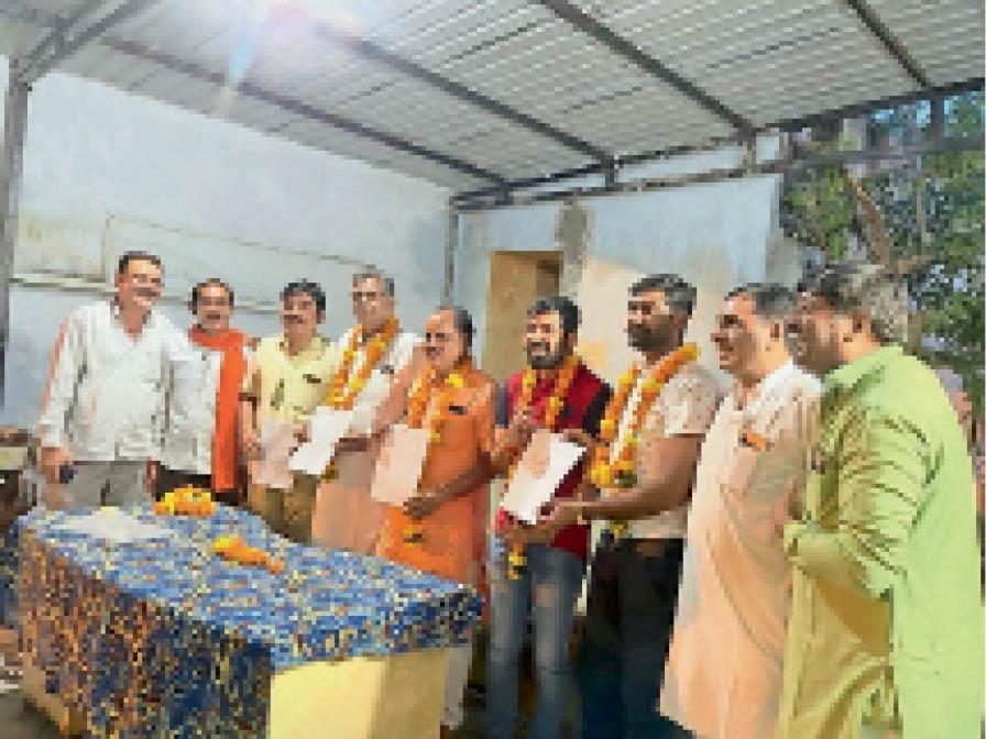 नवनियुक्त प्रतिनिधियाें काे दिए नियुक्ति पत्र। - Dainik Bhaskar