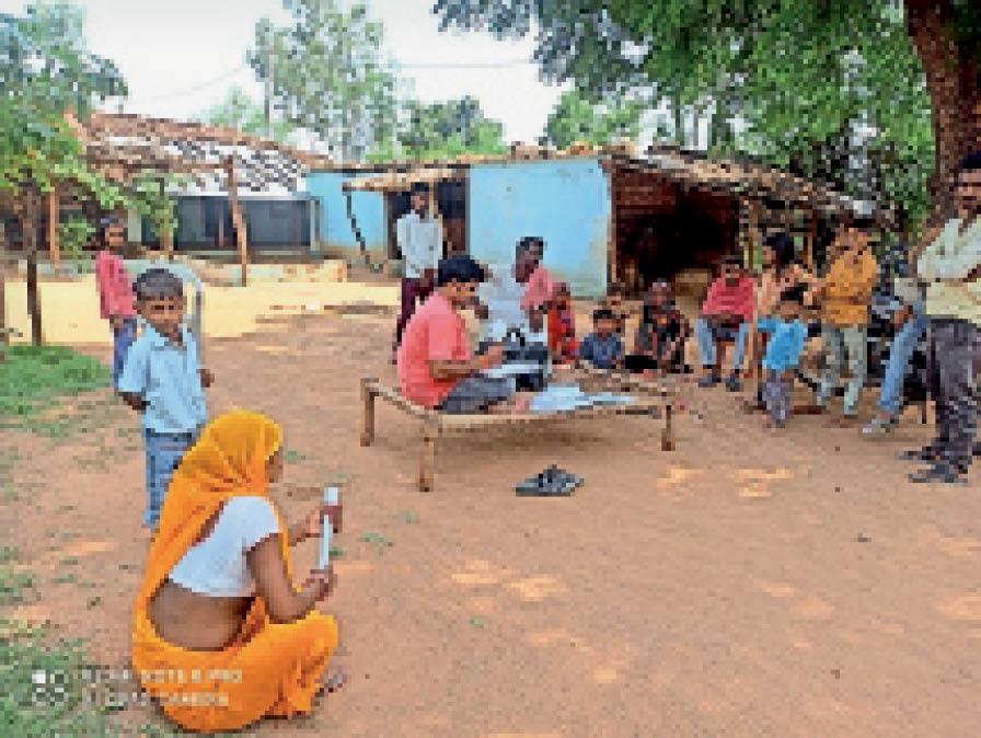 गांव में खाट पर बैठकर पालकाें काे समझाइश देते हुए शिक्षक। - Dainik Bhaskar
