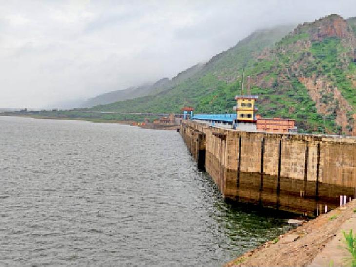 शुक्रवार को पेयजल प्रबंधन को लेकर हुई बैठक में निर्णय लिया गया था कि शहर में सोमवार से पानी की कुल 15 प्रतिशत तक कटौती की जाएगी। - Dainik Bhaskar