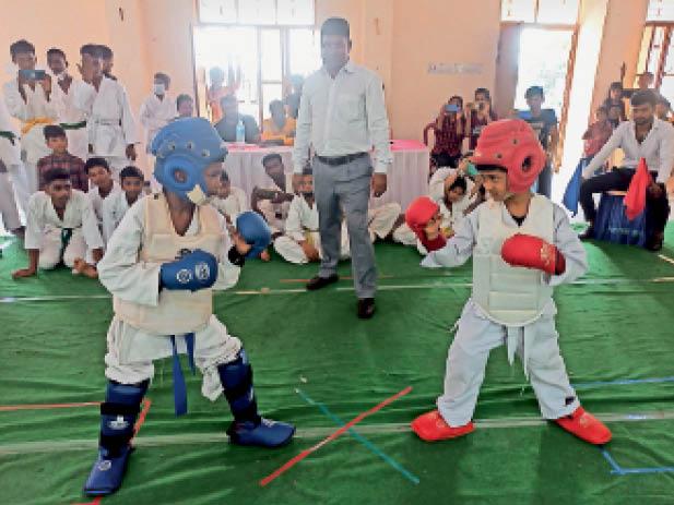 तेंग-सूडो प्रतियोगिता में भाग लेते बच्चे। - Dainik Bhaskar