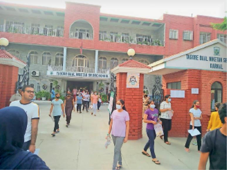 टैगोर बाल निकेतन पब्लिक स्कूल से परीक्षा के बाद बाहर आते परीक्षार्थी। - Dainik Bhaskar