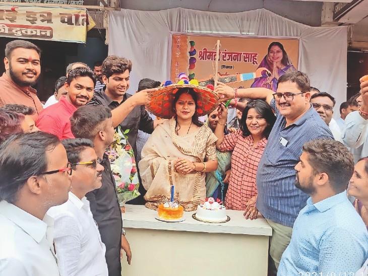 विधायक ने निचली बस्ती के बच्चों से केक कटवाकर खिलाया। - Dainik Bhaskar