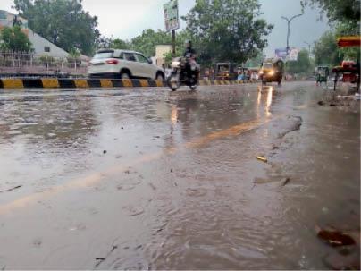 भिवानी. बारिश के दाैरान सरकुलर राेड से गुजरते वाहन चालक। - Dainik Bhaskar