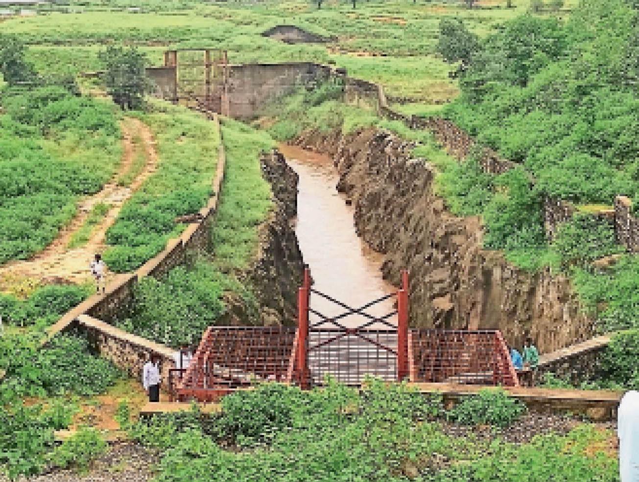 सेई सुरंग का गेट खाेलने के बाद बहता पानी। यह पानी बेड़ा नदी के माध्यम से जवाई में आएगा। - Dainik Bhaskar