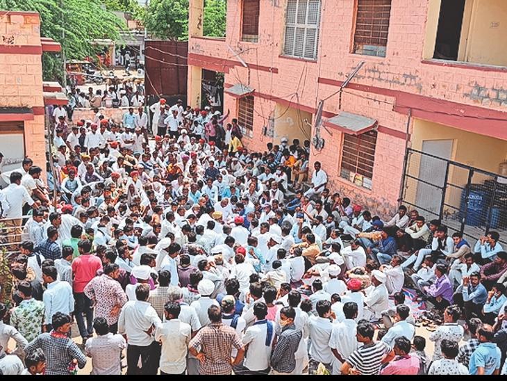 सिणधरी. कस्बे में विरोध-प्रदर्शन करते विभिन्न संगठनों के लोग। - Dainik Bhaskar