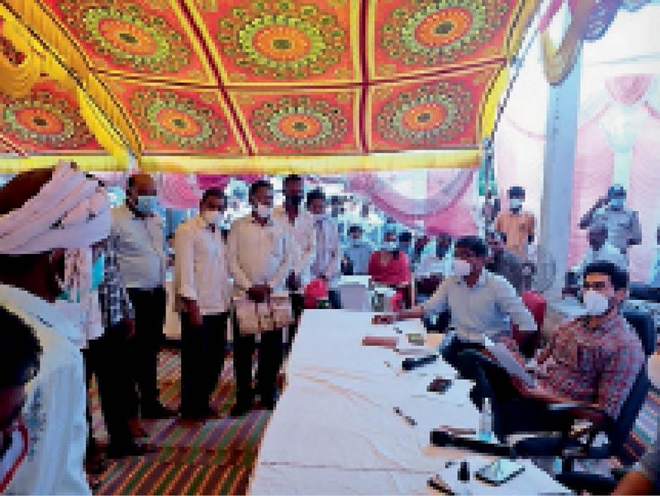 गेहूंबारसा गांव में लोगों की समस्या सुनते हुए कलेक्टर। - Dainik Bhaskar