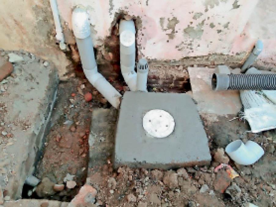 दीनदयाल नगर में इस तरह किए जा रहे हैं हाउस कनेक्शन। - Dainik Bhaskar