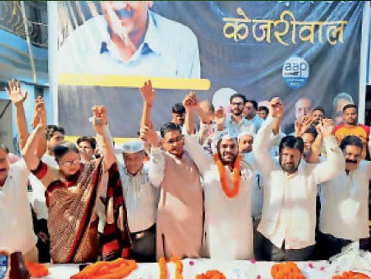 बुड़ैल में हुए कार्यक्रम में पार्टी में शामिल हुए लोगों का किया स्वागत। - Dainik Bhaskar