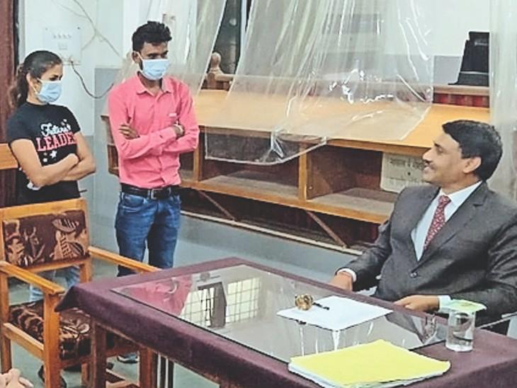 कांकेर। लोक अदालत में पति-पत्नी को समझाते जज। - Dainik Bhaskar