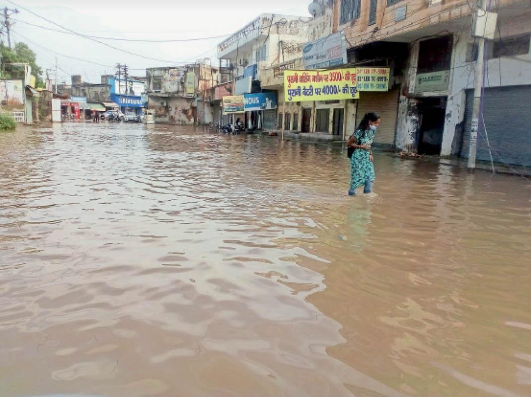 स्टेडियम के पीछे फारुखा खालसा रोड पर जमा बरसाती पानी। - Dainik Bhaskar