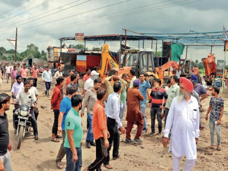 कार्रवाई के दौरान कैलोद करताल में कुछ देर के लिए हंगामे की स्थिति बन गई। फोटो | संदीप जैन - Dainik Bhaskar