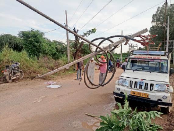 बाेह राेड पर बुलेट के टकराने से टूटा तारों पर लटका पड़ा बिजली का खंभा। - Dainik Bhaskar