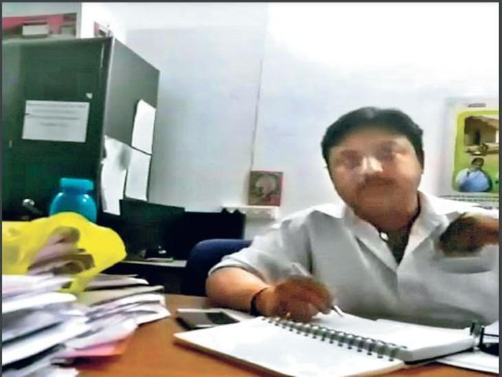 500 रुपए जेब में रखते मुक्ति - Dainik Bhaskar