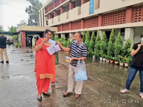 परीक्षा केंद्र पॉलीटेक्निक में आवेदकों के मास्क उतारकर उन्हें दूसरे मास्क प्रशासन ने दिए। - Dainik Bhaskar