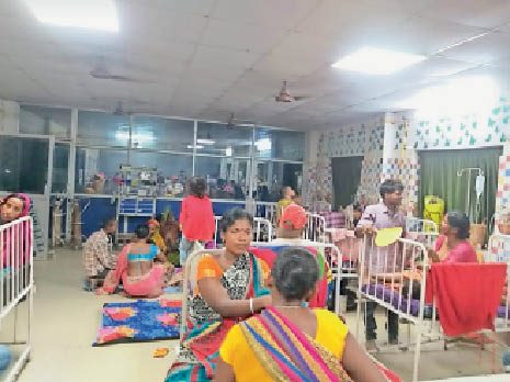 पूर्णिया के बच्चा वार्ड में बच्चे का इलाज कराते परिजन। - Dainik Bhaskar