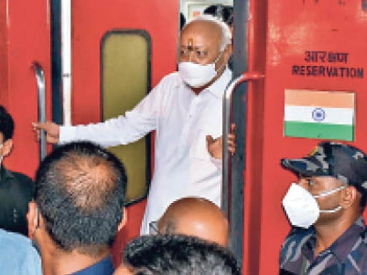 राजधानी ट्रेन से दिल्ली जाते भागवत। - Dainik Bhaskar