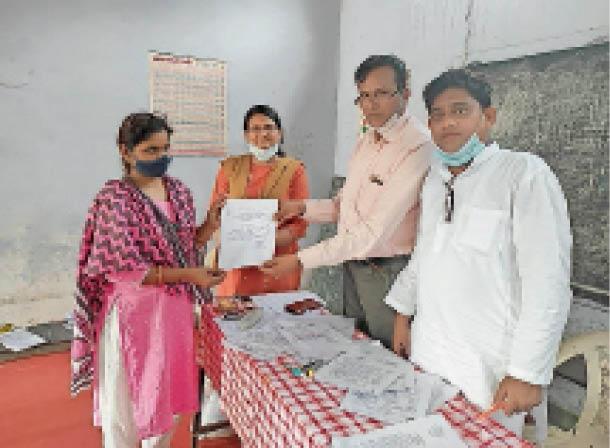 मप्र शिक्षक संघ के ब्लॉक अध्यक्ष का नियुक्ति पत्र सौपते हुए पदाधिकारी। - Dainik Bhaskar