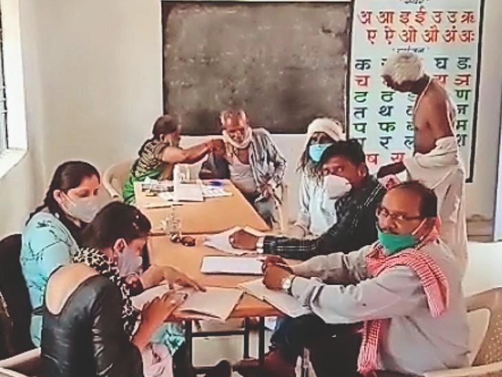 ग्राम पंचायत किटौरा में  कैंप के दौरान टीका लगाते स्वास्थ्य कार्यकर्ता। - Dainik Bhaskar