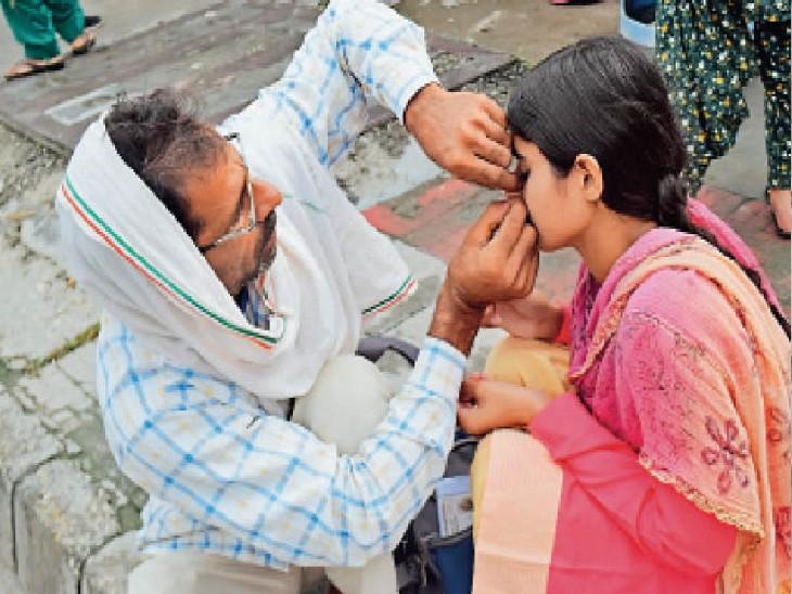 पानीपत | आईबी पीजी काॅलेज में परीक्षा केंद्र में गहने पहनकर जाने से रोका तो एक पिता ने इस तरह अपनी बेटी की नोज पिन निकाली। - Dainik Bhaskar