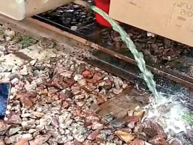 ट्रेन के जनरेटर कार के टैंक को खाली कराते रेलवे कर्मी। - Dainik Bhaskar