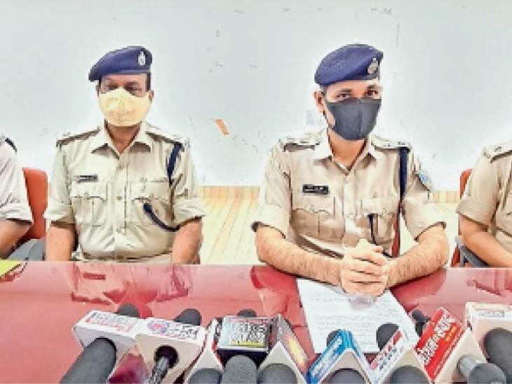 बिष्टुपुर थाना में मामले का खुलासा करते सिटी एसपी सुभाषचंद्र जाट व अन्य। - Dainik Bhaskar
