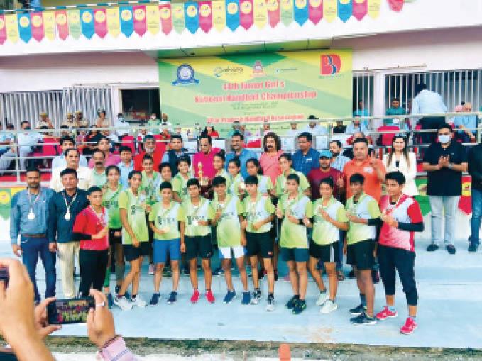 राष्ट्रीय स्तरीय हैंडबॉल चैंपियनशिप में जीत दर्ज करने वाली हरियाणा की हैंडबॉल टीम। - Dainik Bhaskar