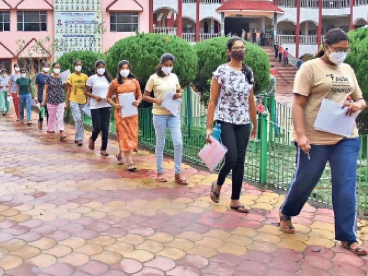 मास्क पहनी छात्राएं सोशल डिस्टेंसिंग का पालन करते हुए परीक्षा देने गई। - Dainik Bhaskar