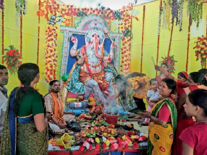 बहादुरगंज में स्थापित गणपति प्रतिमा की पूजा-अर्चना करते श्रद्धालु। - Dainik Bhaskar