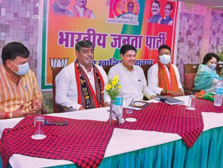 भाजपा की बैठक में मौजूद पदाधिकारी। - Dainik Bhaskar