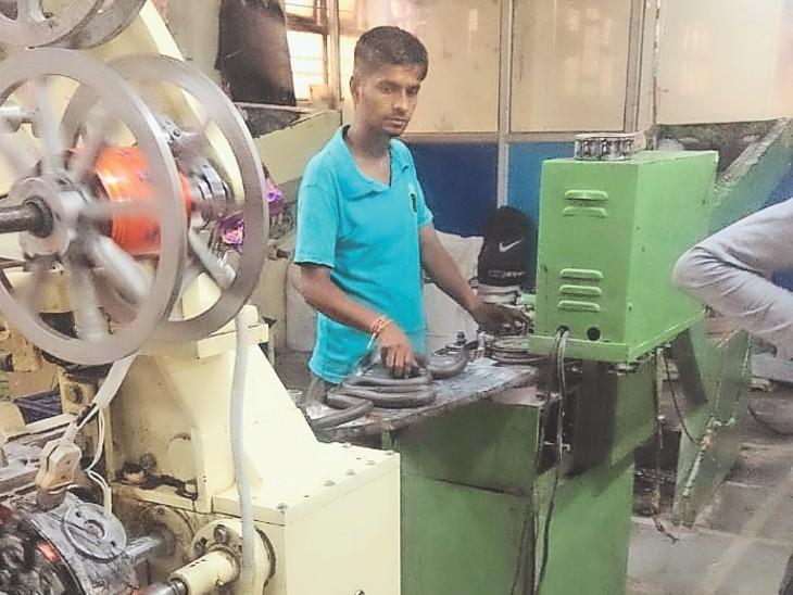 फैक्टरी में टॉफी तैयार करता कर्मचारी। - Dainik Bhaskar