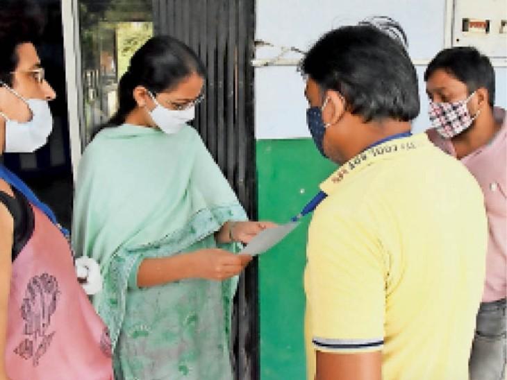 एचसीएस परीक्षा केंद्र पर निरीक्षण करते डीसी डाॅ. प्रियंका साेनी। - Dainik Bhaskar