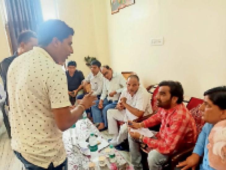 नागौर सांसद हनुमान बेनीवाल जन सुनवाई के दौरान। - Dainik Bhaskar