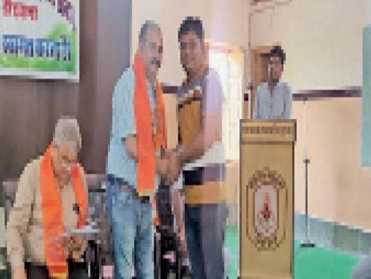 कार्यक्रम मे मंचासीन अतिथियों का स्वागत करते हुए। - Dainik Bhaskar