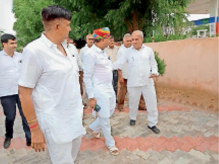 अलाय में मंत्री का स्वागत और चर्चा करते लाेग। - Dainik Bhaskar