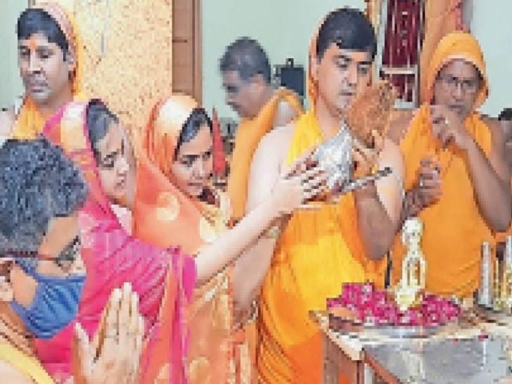 जैन मंदिर में उत्तम आर्जव धर्म की पूजा अर्चना करते हुए। - Dainik Bhaskar