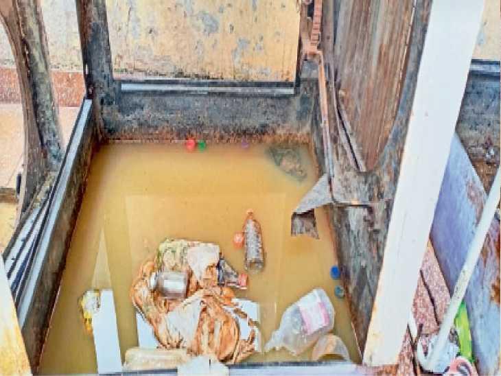 संगरूर के सिविल अस्पताल में कूलरों में जमा पानी व गंदगी, (दाएं) सिविल अस्पताल में बनाया गया डेंगू वार्ड। - Dainik Bhaskar