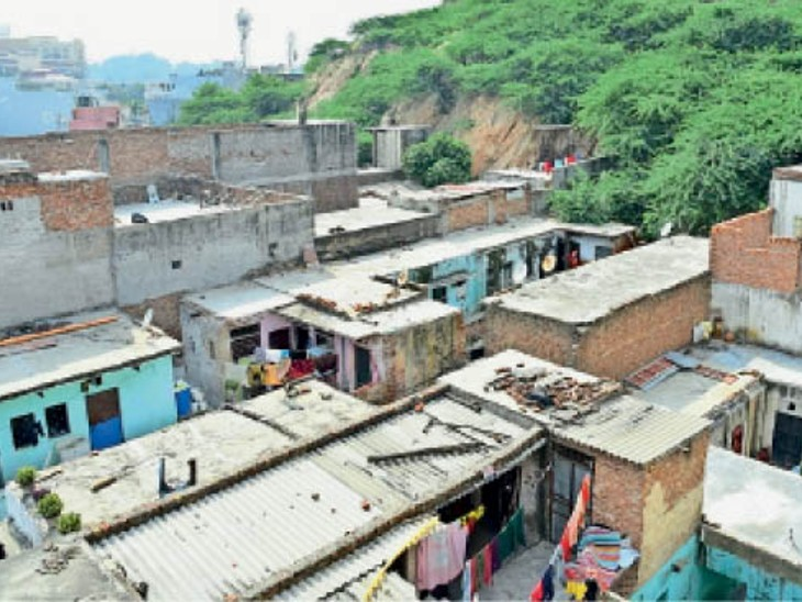 घटाल में पहाड़ की जड़ से चोटी तक मकान बने हैं। - Dainik Bhaskar