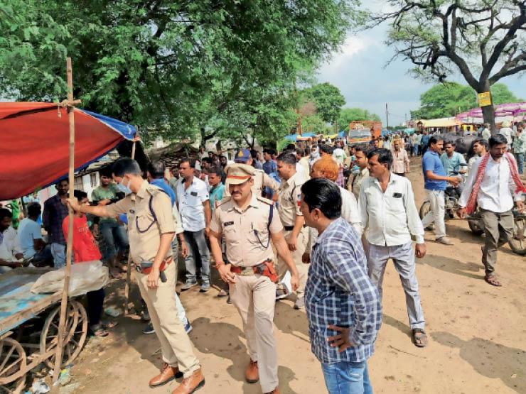 हाट बाजार में एसडीओपी कुमार व टीआई परिहार ने रास्ते से वाहनों को हटवाया। - Dainik Bhaskar