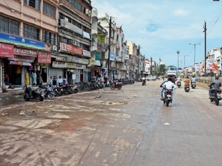 ट्रैफिक व्यवस्था सुधारने के लिए तीन बत्ती से मस्जिद तक नगर निगम, पुलिस और जिला प्रशासन की टीम ने सड़क पर खड़ी कारों, हाथ ठेले एवं फुटपाथ दुकानों को हटाया। - Dainik Bhaskar
