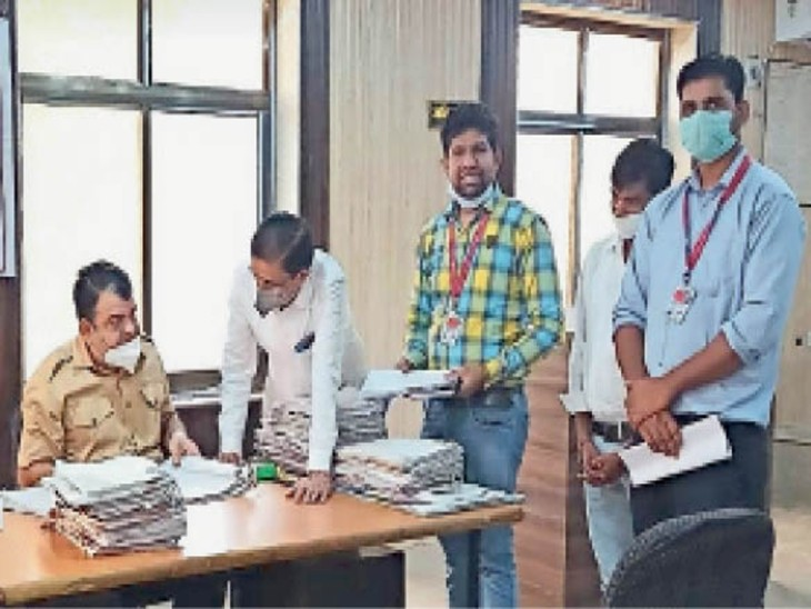 लोक अदालत में प्रकरणाें का समाधान करते एडीजे दत्त। - Dainik Bhaskar
