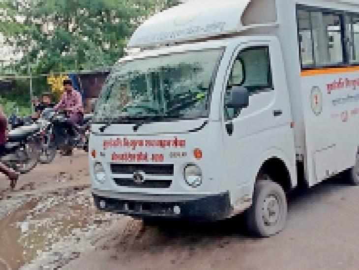 नियम विरुद्ध टाटा एस (छोटा हाथी) का उपयोग हो रहा। - Dainik Bhaskar
